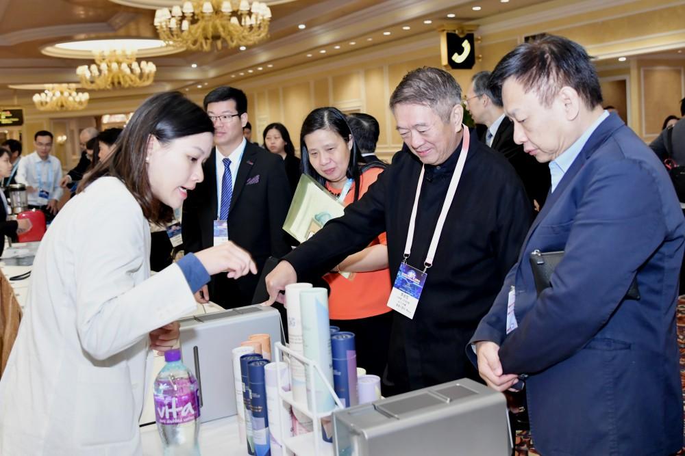 世界華商創新奬攤位吸引了來自世界各地的華商關注。
