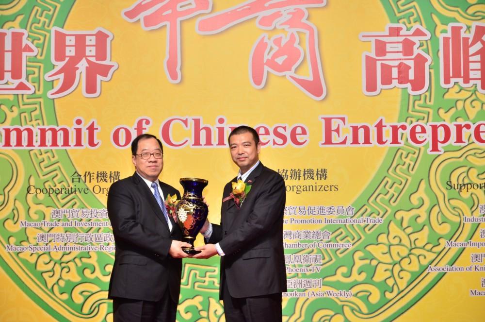 捷克共同華僑華人會會長吳瑞珍先生代表大會致送紀念品予澳門經濟財政司司長譚伯源先生