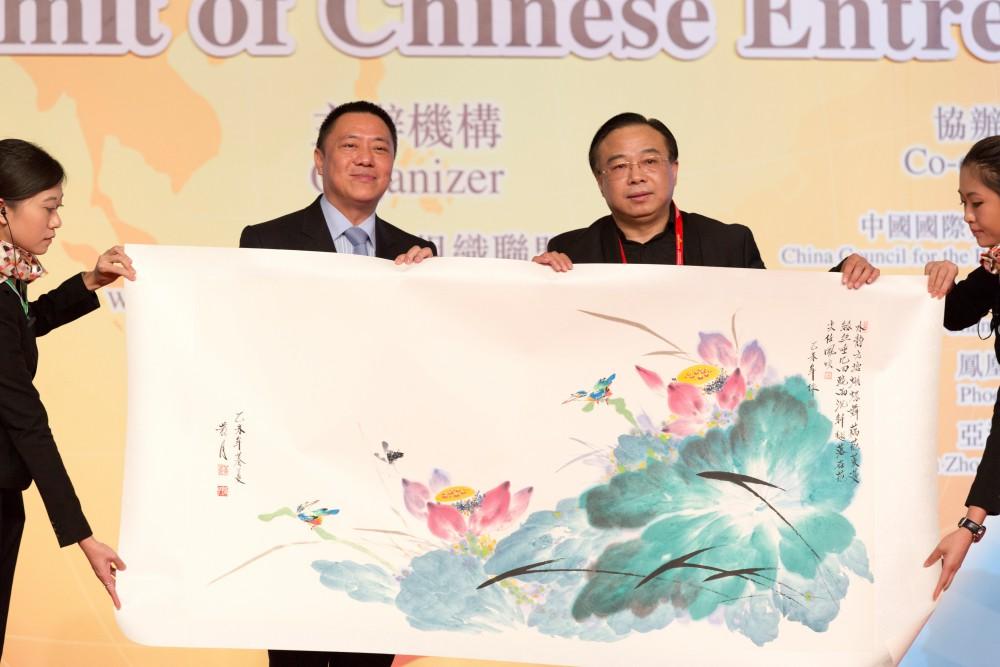 中國著名畫家黃月先生代表大會致送紀代品予澳門特區政府,由經濟財政司司長梁維特先生接受