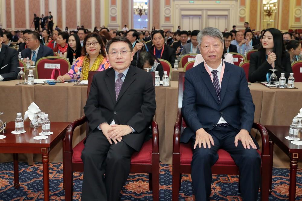 香港中華廠商聯合會永遠榮譽會長尹德勝先生與澳門紡織商會會長黃華強先生