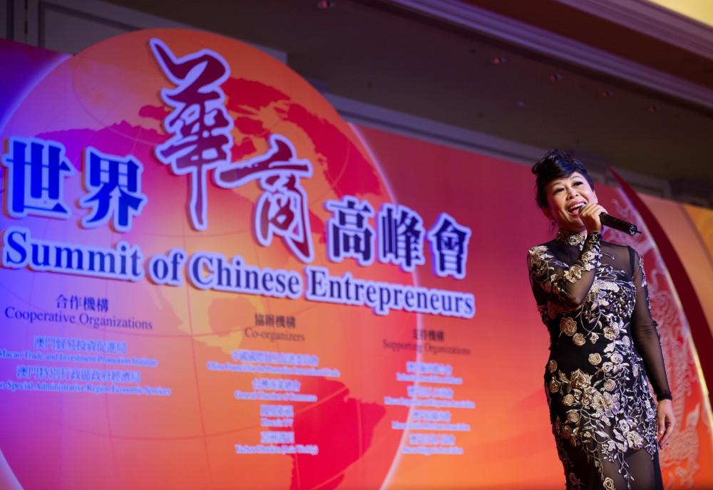 大會音樂晚安表演者黎惠蘭小姐為晚宴獻唱