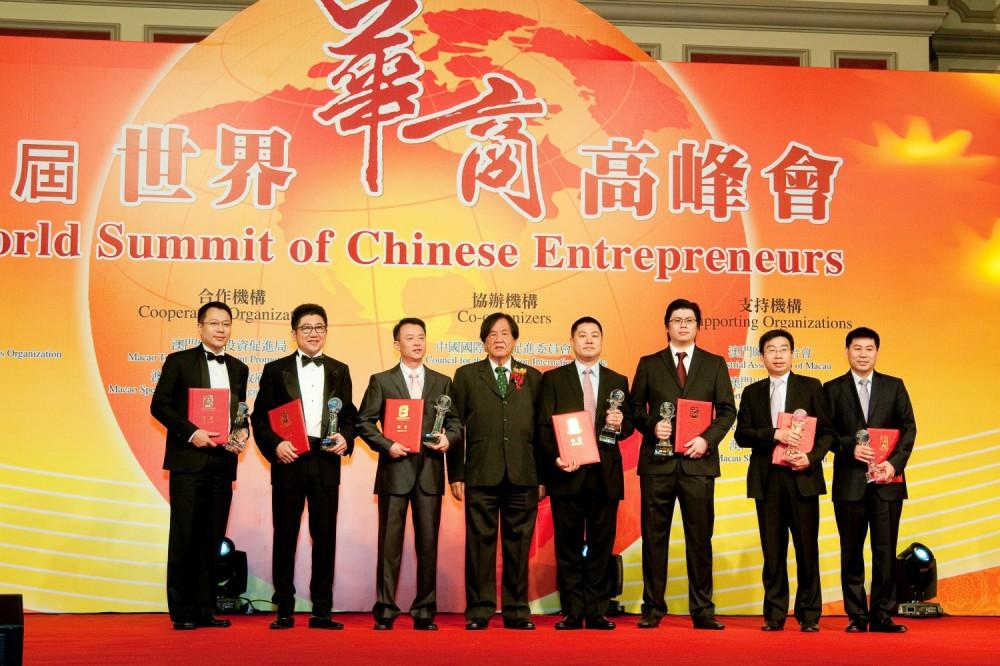 世界傑出青年華商得奬者與頒奬嘉賓丹斯里拿督張曉卿爵士合影