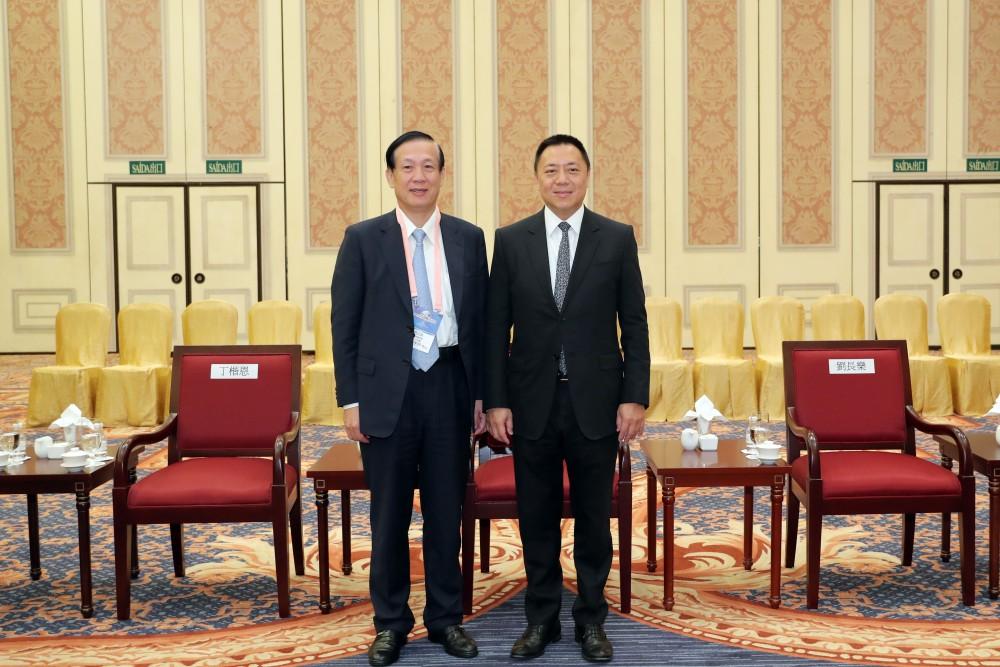 經濟財政司司長梁維特先生與台灣商業總會理事長賴正鎰先生合影