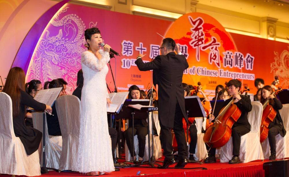 表演嘉賓黎惠蘭小姐於開幕典禮上獻唱華商頌