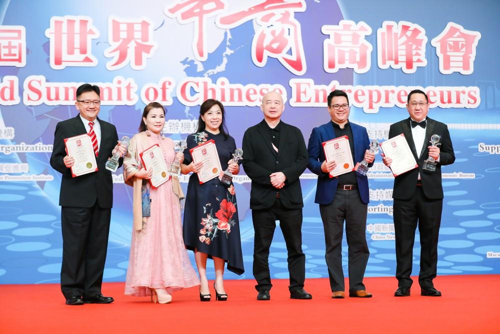 第十六屆世界華商高峰會開幕典禮-亞洲周刊總編輯邱立本先生為榮獲世界傑出青年華商頒奬。