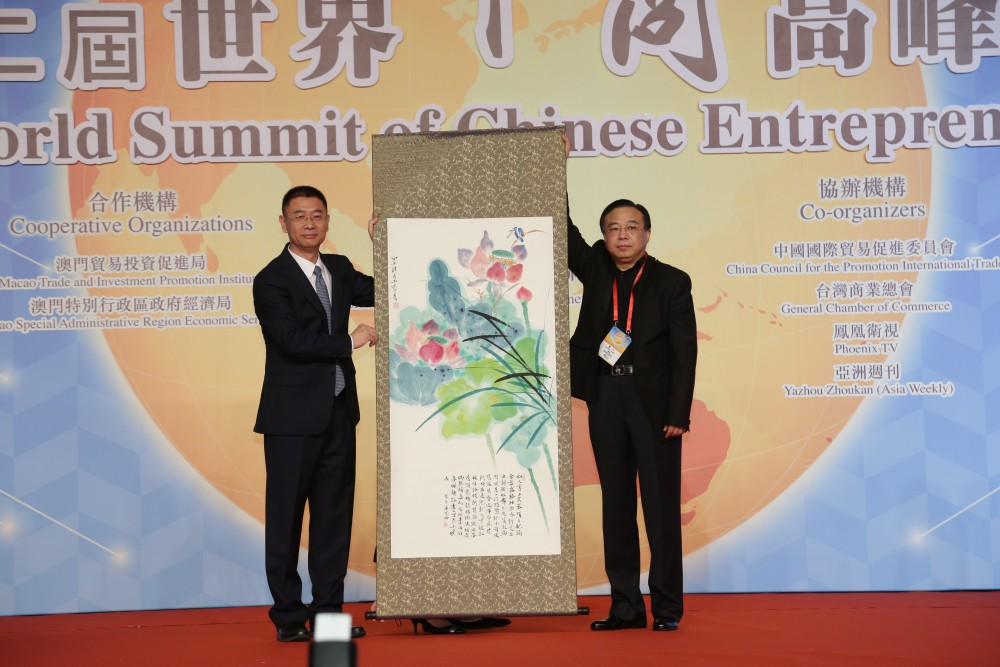 中國著名畫家黃月先生代表大會致送紀代品予中聯辦副主任姚堅先生