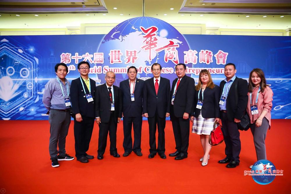 世界各地出席代表團在會場合影留念。