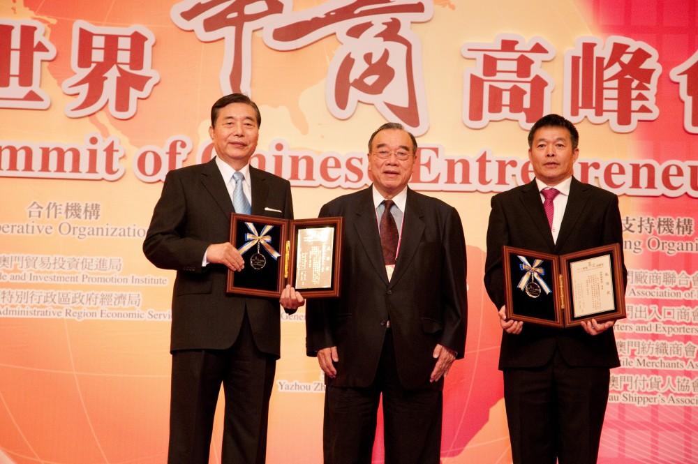 中華僑聯總會理事長簡漢生先生贈送感謝狀予台灣貿易中心最高顧問王志剛先生和清華大學國情研究院院長胡鞍剛教授