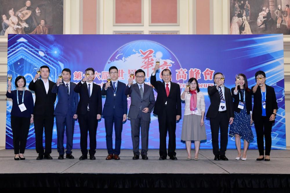 大會午宴主人經濟局鄧偉明副局長(左六)率經濟局同仁與高峰會大會召集人丁楷恩先生共祝出席代表萬事如意。