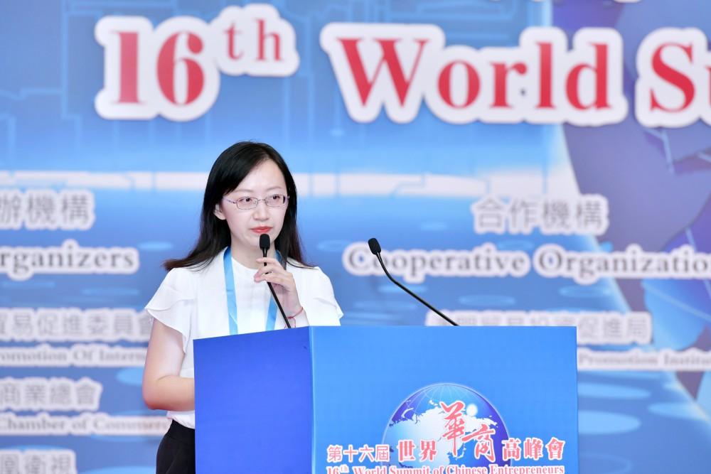 第十六屆世界華商高峰會綜合論壇-創意商品奬:生產輕型康復機器的英漢思動力科技有限公司展演。