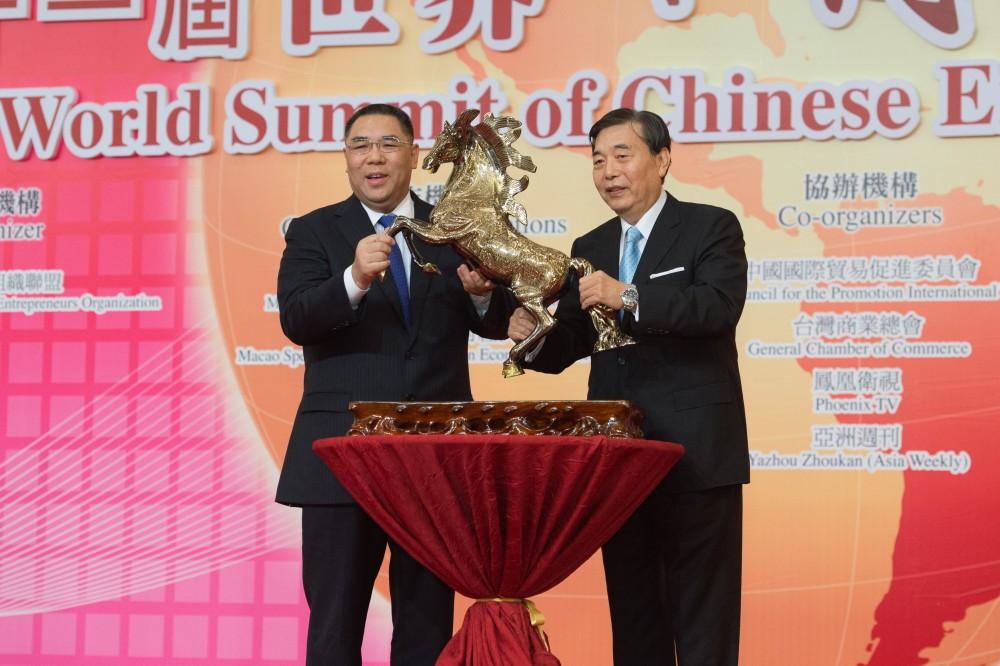 台灣貿易中心最高顧問王志剛代表大會致送紀念品予澳門特別行政長官崔世安先生