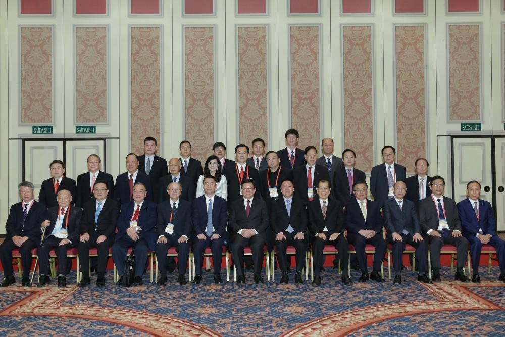 第十二屆世界華商高峰會經濟財政司司長梁維特先生與嘉賓們合影