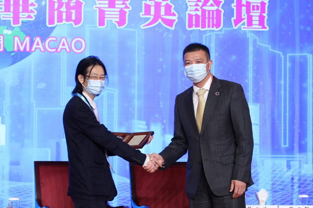 第十七屆世界華商高峰會領導力新型態與華商菁英論壇常務主席團主席吳瑞珍先生代表華商向袁達松先生致感謝狀