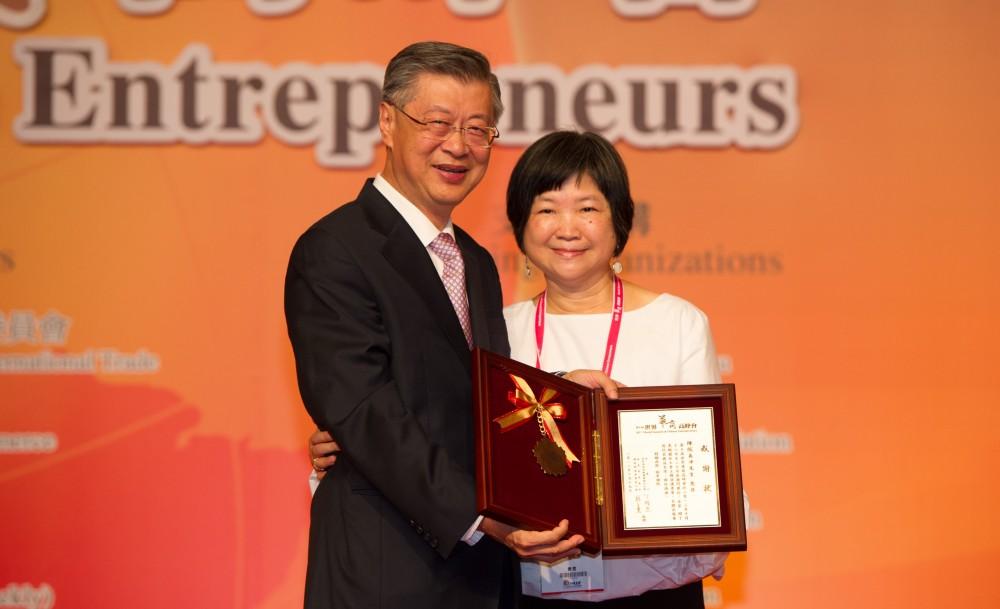 陳沖教授與夫人、他在接受大會贈送感謝狀時,特別邀請太太上台,感謝太太在背後默默的支持與鼓勵