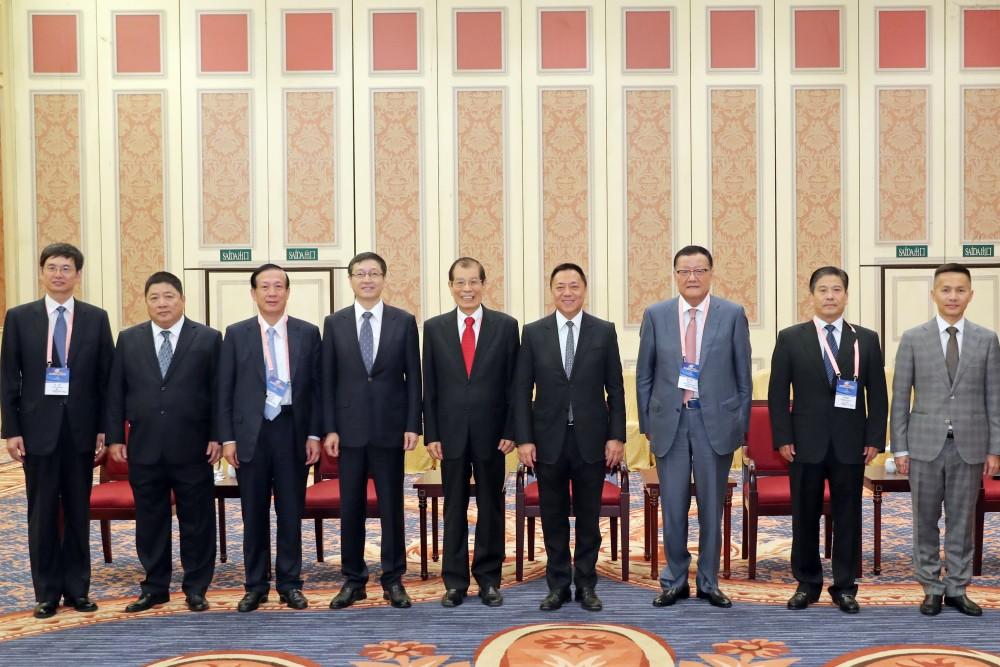 第十五屆世界華商高峰會經濟財政司司長梁維特先生與嘉賓們合影
