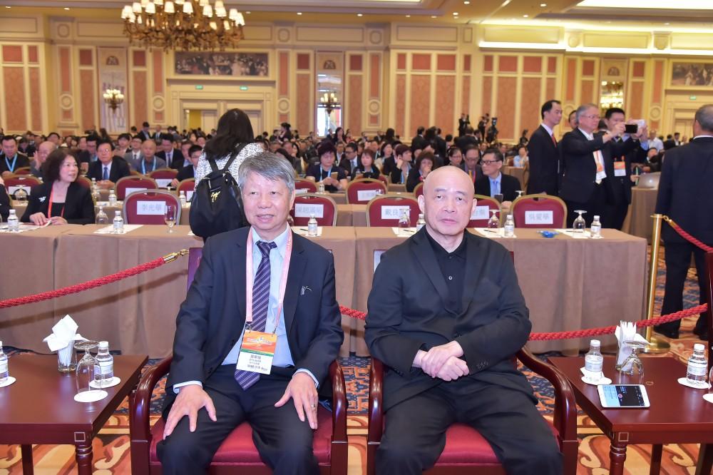 澳門紡織商會會長黃華強先生與亞洲週刊總編輯邱立本先生