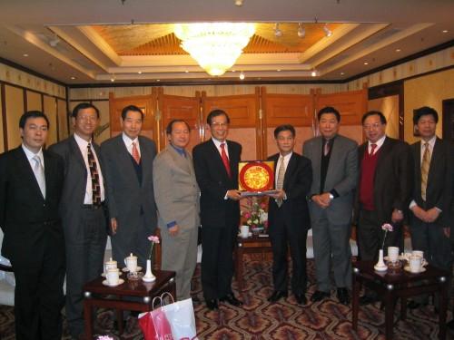 全國僑聯主席林兆樞接待聯盟訪問團致送紀念品