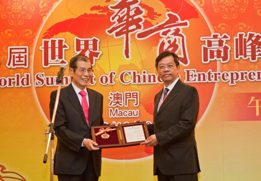 丁楷恩執行主席代表大會致送紀念品予澳門經濟局局長蘇添平先生