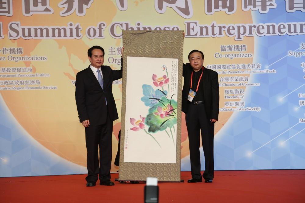 中國著名畫家黃月先生代表大會致送紀代品予國務院僑務辦公室副主任譚天星先生