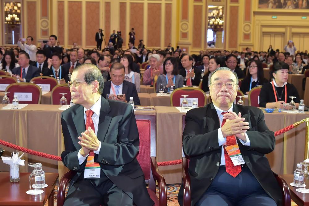 大會召集人、世界華商組織聯盟執行主席丁楷恩先生與中華產經文教科技交流協會理事長簡漢生先生