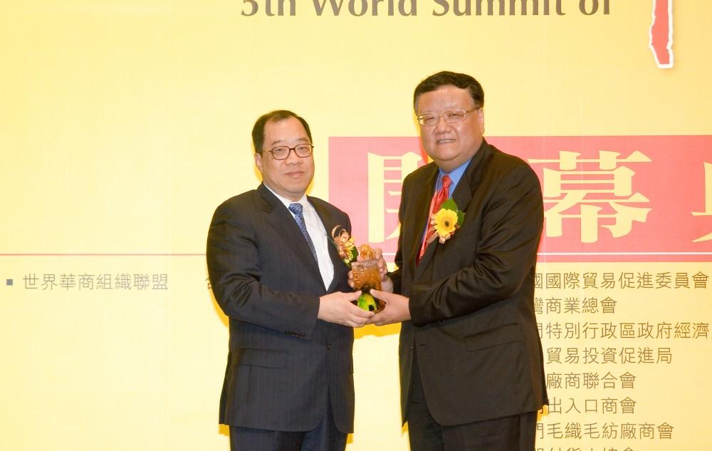 鳯凰衛視董事局主席劉長樂先生代表大會致送紀念品予澳門經濟財政司司長譚伯源先生