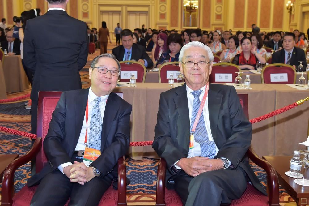 澳門世界華商菁英會會長周錦榮先生與馬來西亞美里中華總商會名譽會長拿督沈福源先生