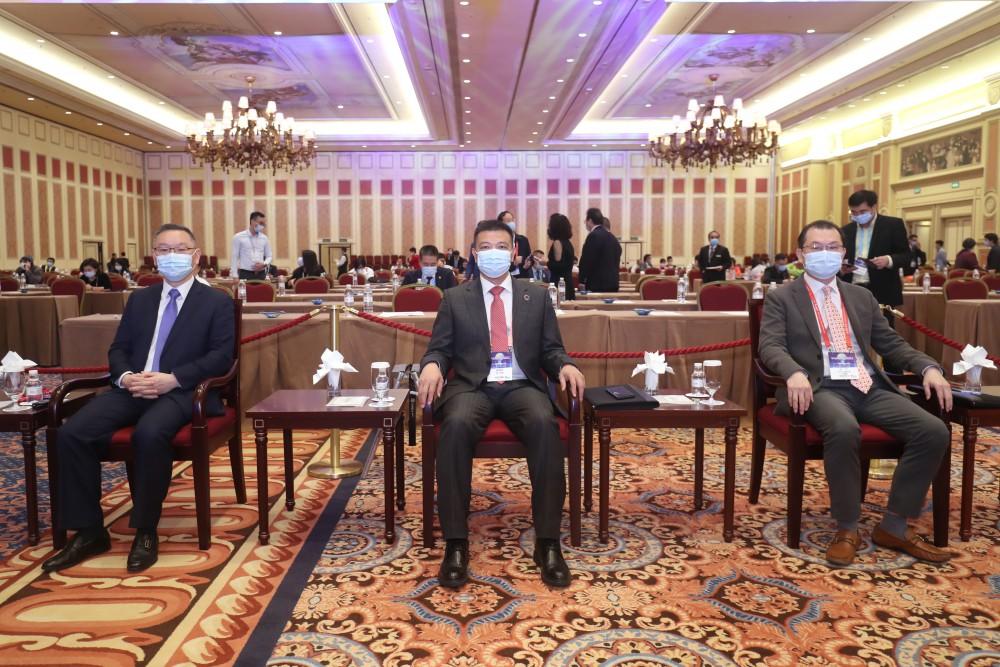 第十七屆世界華商高峰會主題論壇-主題演講嘉賓澳門青年創業孵化中心董事長崔世平先生、常務主席團主席吳瑞珍先生和中國城市運營聯盟理事長林竹先生