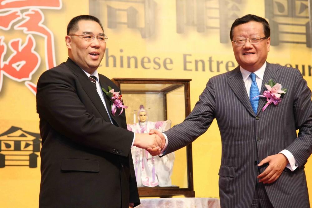 鳳凰衛視董事區主席劉長樂先生代表大會致送紀念品予澳門行政長官崔世安先生