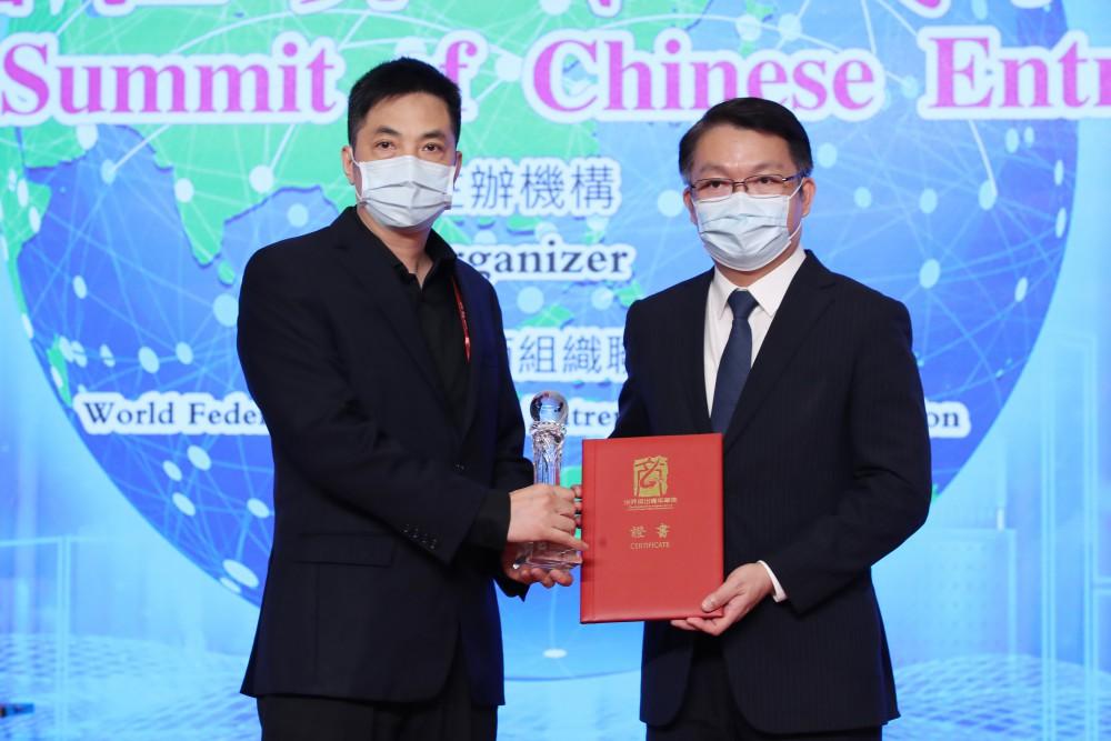 澳門經濟財政司司長李偉農先生為榮獲2020年世界傑出青年華商得奬者普强時代CEO何國濤先生頒奬