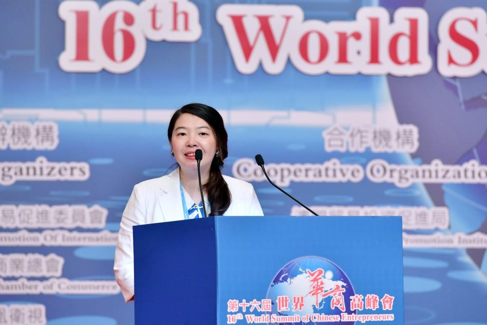 第十六屆世界華商高峰會綜合論壇-創意商品奬:生產iJoou智慧艾灸儀的深圳百川艾科技有限公司展演。